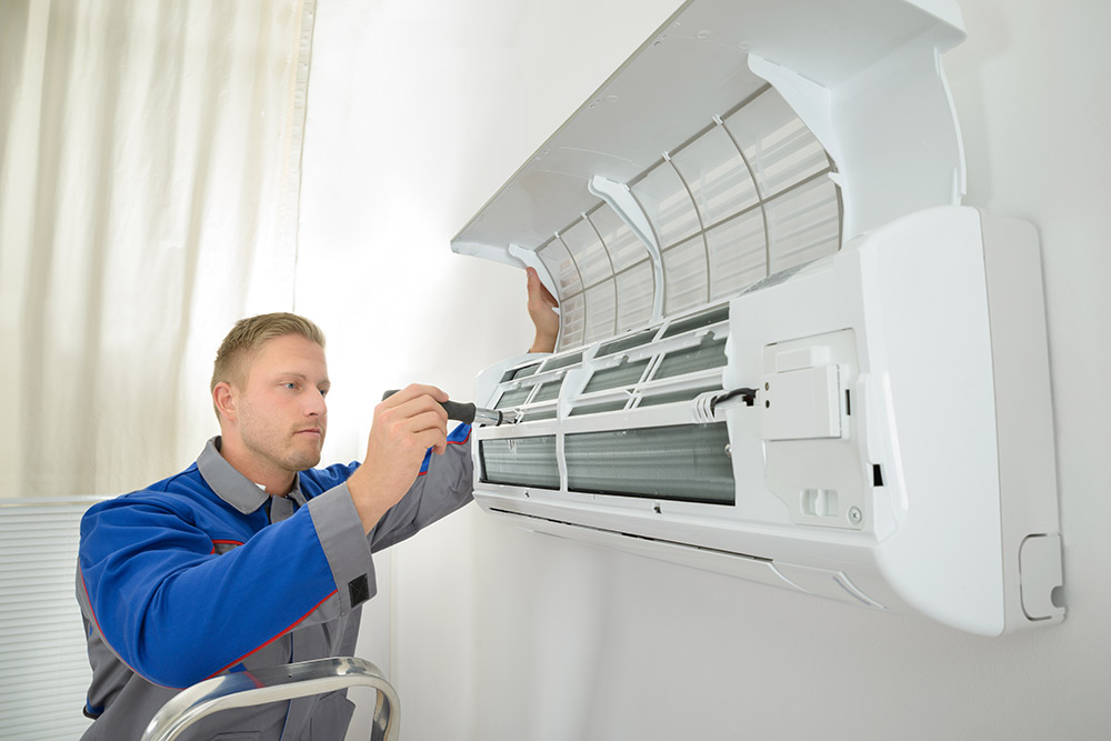 fanis-services-repairer-repairing-air-conditioner